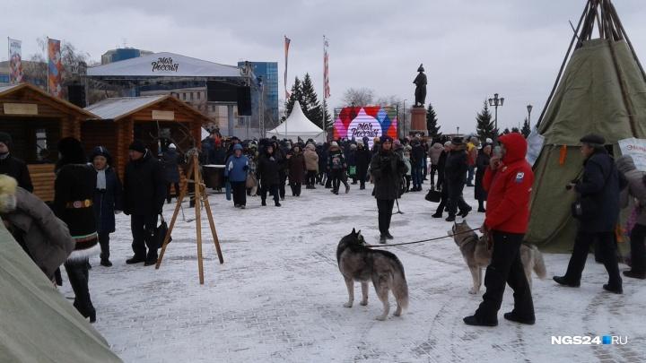 Тысячи красноярцев пришли праздновать при пронизывающем ветре на площадь у БКЗ
