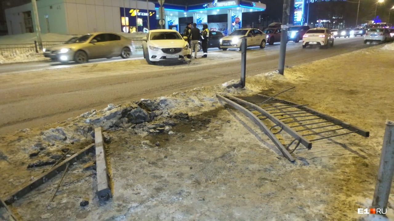 От удара в Mazda внедорожник отбросило на противоположный край дороги