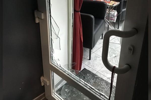 Злоумышленники ворвались в офис с оружием, повредив при этом дверь