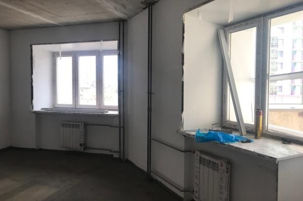 В квартирах дома на Копылова,19 отделка почти закончена — остались только потолки. Чистовую будут делать сами владельцы квартир