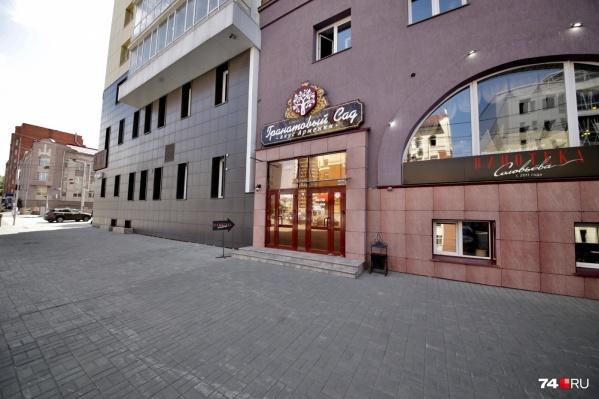 Ресторан Grill Food расположен в жилом доме в центре Челябинска и работает пока со старой вывеской