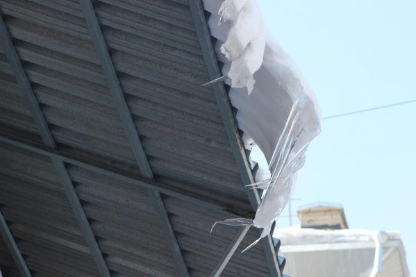Мэрия отчиталась о полной уборке крыш от снега и сосулек, но снег продолжает падать на новосибирцев — теперь с торговых центров