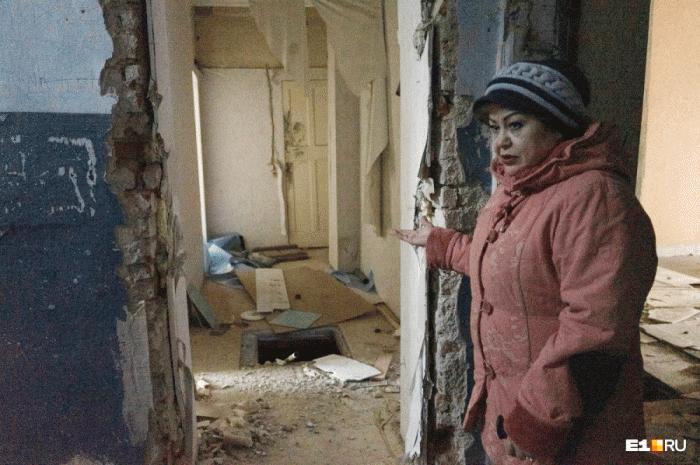 Дом, в котором до сих пор живетГульфия Сабирзянова, уже частично разрушен