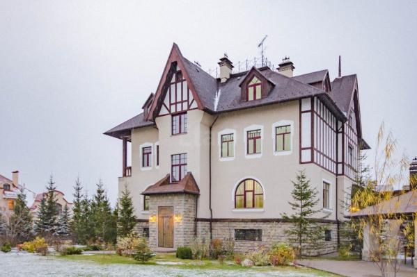 В объявлении указывается, что этот коттедж построен в стиле замка