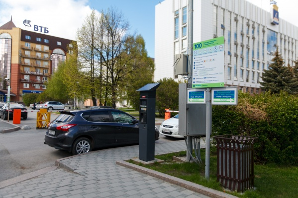 Первые муниципальные площадки для платной парковки оборудовали у городской администрации в 2016 году