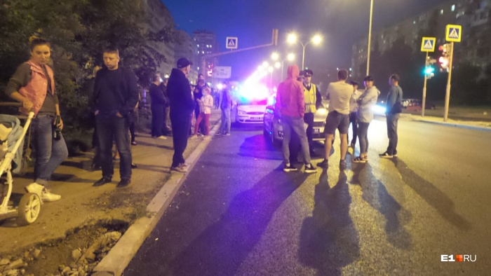 К месту ДТП стеклись горожане. Они вызвали скорую, полицию и вступили в словесную перепалку с теми, кто находился во внедорожнике