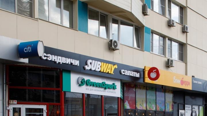 Волгоградку травмировал сорванный ветром рекламный щит