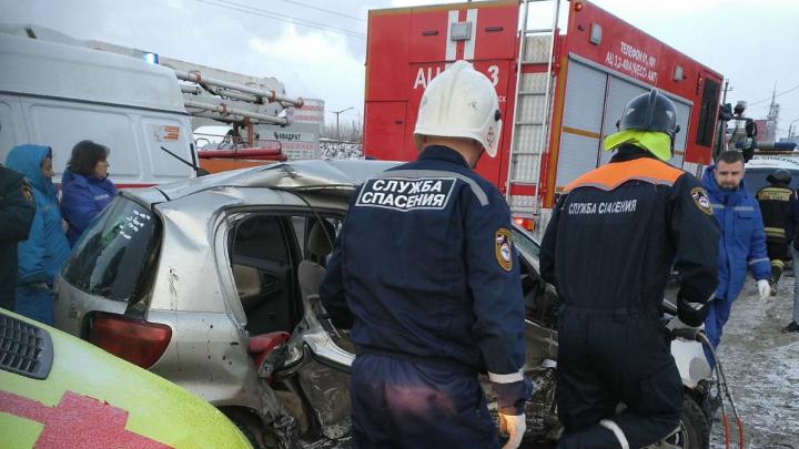 После столкновения малолитражки и такси в Челябинске погибла женщина и ранен ребёнок
