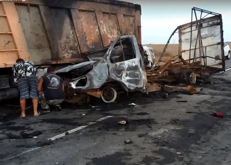 Спозаранку водитель не разглядел остановившийся на светофоре грузовик