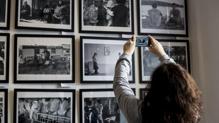 В центре Новосибирска выставили снимки запрещённых советских фотографов: на них есть голые женщины и сироты