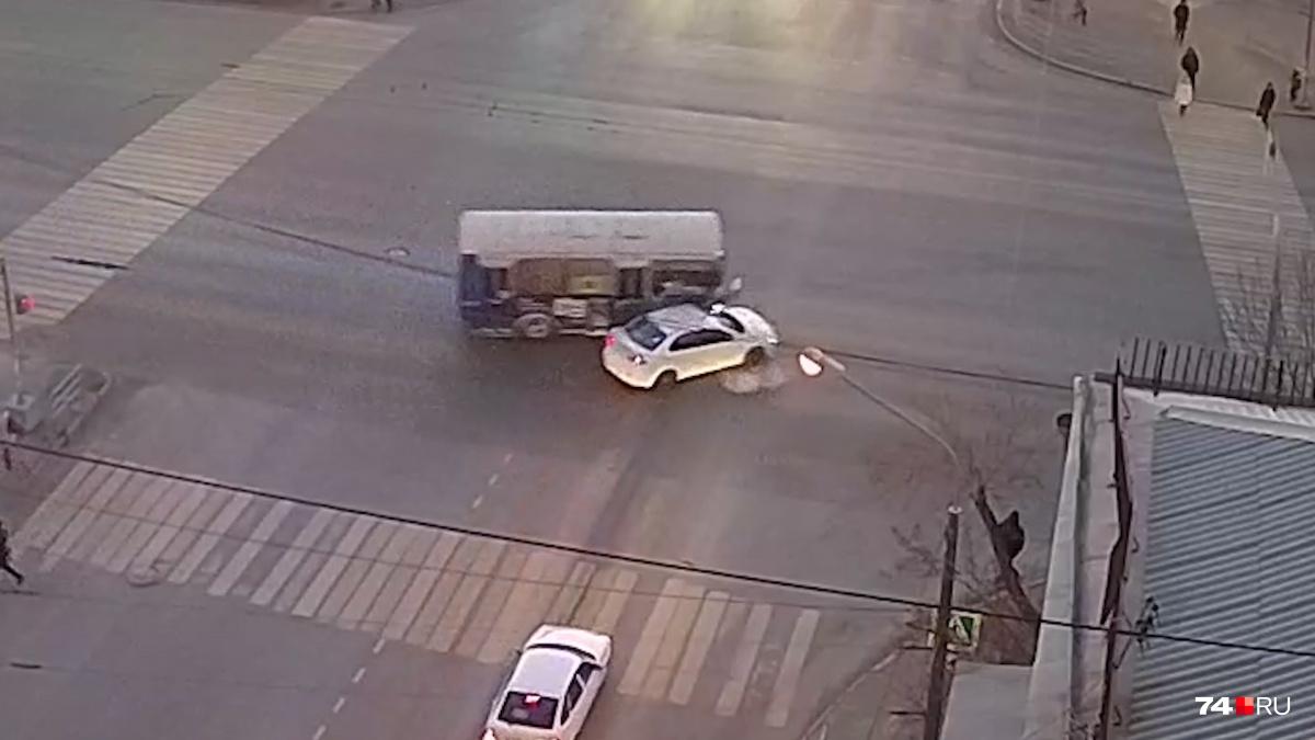 Водитель ПАЗа проехал на запрещающий знак светофора