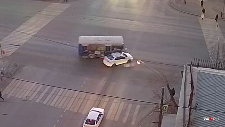 """«Занесло на """"зебру"""", где шли люди»: на перекрёстке в центре Челябинска произошла авария с маршруткой"""