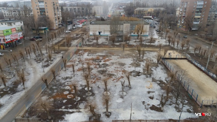 «Погода не позволяет работать»: в вырубленный парк на юге Волгограда летом вернут газон и сцену