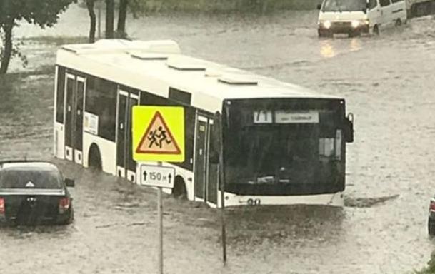 На Маерчака утонул автобус и город встал в пробки: часовой ливень принес проблемы в Красноярск