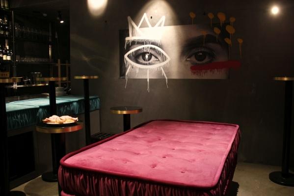 Первое, что видит посетитель в винном баре, — большая красная кровать