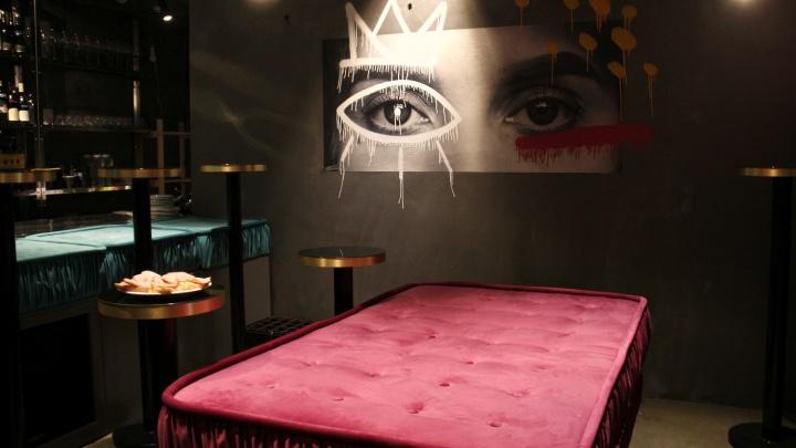 Для своих: в центре открылся тайный бар с кроватью посреди зала — попасть туда можно только по записи