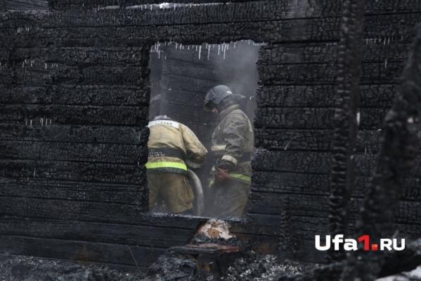 Пожарные несколько часов заливали пепелище водой, чтобы не допустить нового возгорания