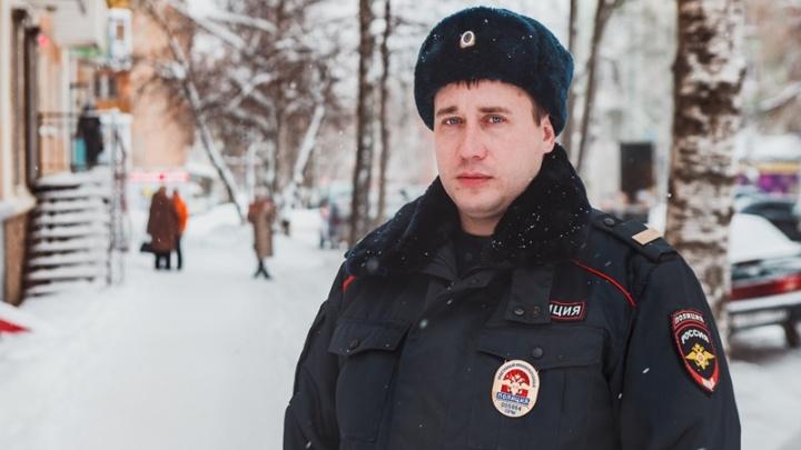 Выбил дверь в горящем доме: в Прикамье полицейский спас на пожаре мужчину