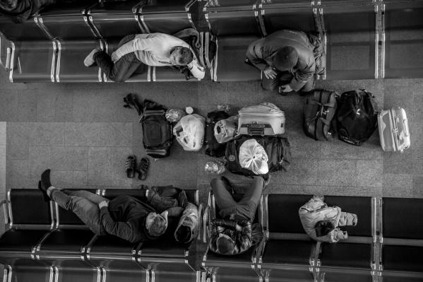 Пассажир уснул на вокзале Новосибирск-Главный, а когда проснулся, узнал, что его телефон сдали в камеру хранения
