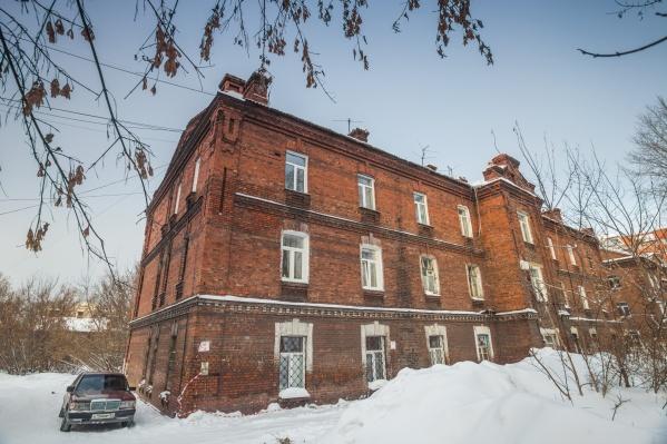 Памятниками культурного наследия хотят признать два жилых дома и конюшню (на фото — один из домов на улице Тополёвой)