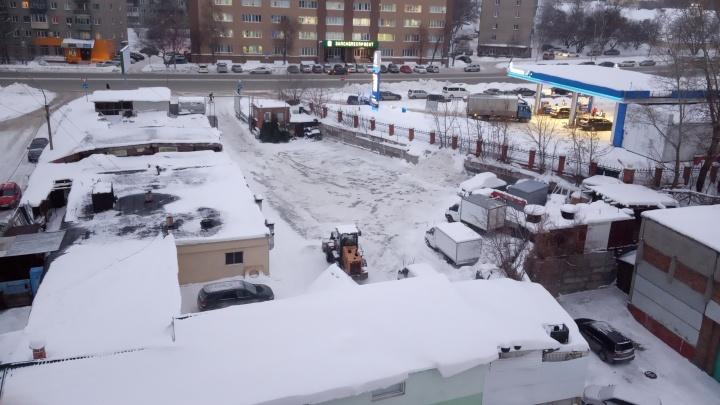 Трактор вывез снег с парковки на дорогу — на видео попало, как он прятался от коммунальщиков