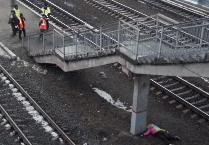 По статистике пресс-службы СвЖД Тюменского региона, с начала 2019 года на железной дороге погибли девять человек. Большинство из них переходили пути близко с идущим поездом