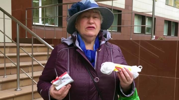 На хлеб с молоком не хватило: пенсионерка подарила министру мыло, верёвку, спички и соль