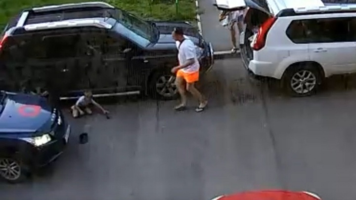 За один день в Красноярске во дворах на глазах родителей сбили двоих детей