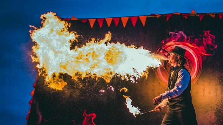 Огненная «Тайбола», цветочный панк и джаз в «Малых Корелах»: как провести незабываемые выходные