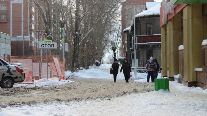 «Не знаешь, собьют или нет»: машины начали ездить по тротуарам из-за ремонта теплотрассы