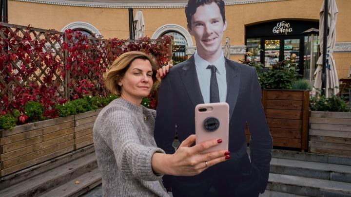 В центре Новосибирска поставили фигуру популярного актёра — в надежде, что он приедет