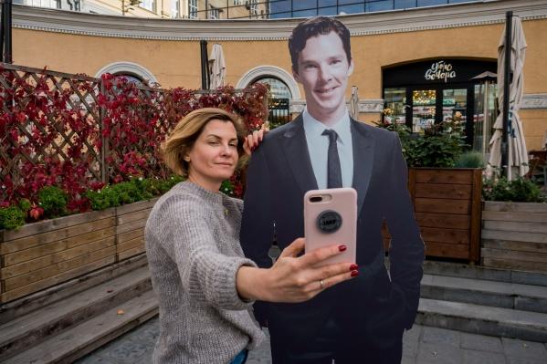 Кинотеатр надеется, что горожанам понравится делать селфи с картонным актёром