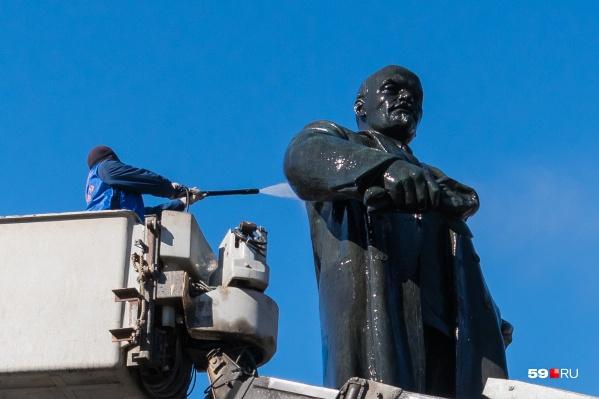 «Владимир Ильич, руку поднимите, нужно помыть»