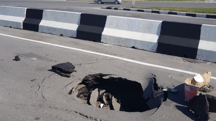 Дорожники засыпали щебнем огромную яму на площади Лыщинского