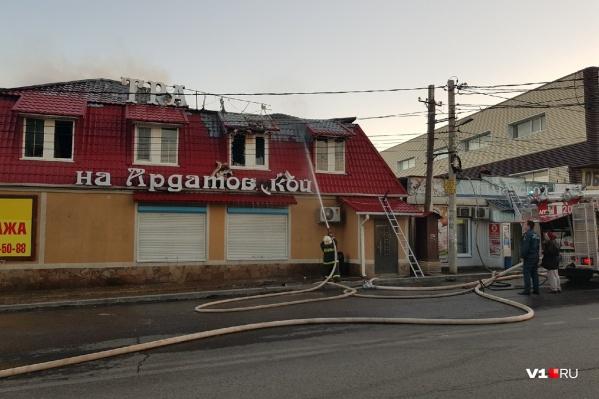 Пожарные проливают потушенную крышу «Трактира»