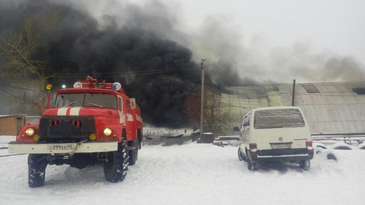 Огнеборцы несколько часов тушили огромный ангар в Башкирии