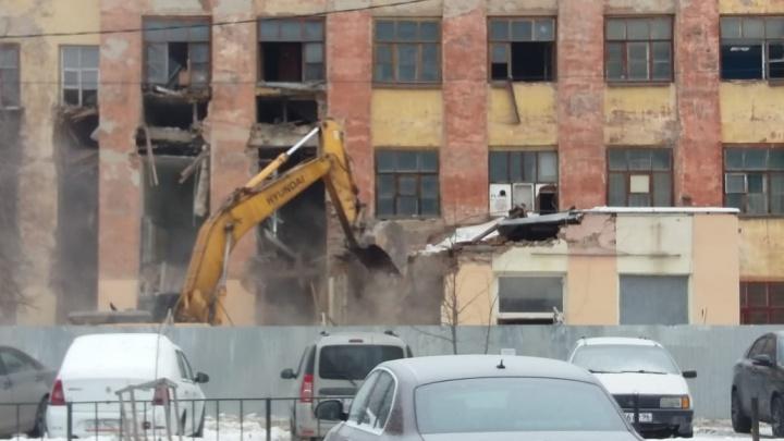 Часть конструктивистского здания на Нагорной рухнула, сносят фасад:онлайн