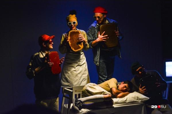 Главный герой пьесы — мальчик Леша — перед сном беседует с тараканами