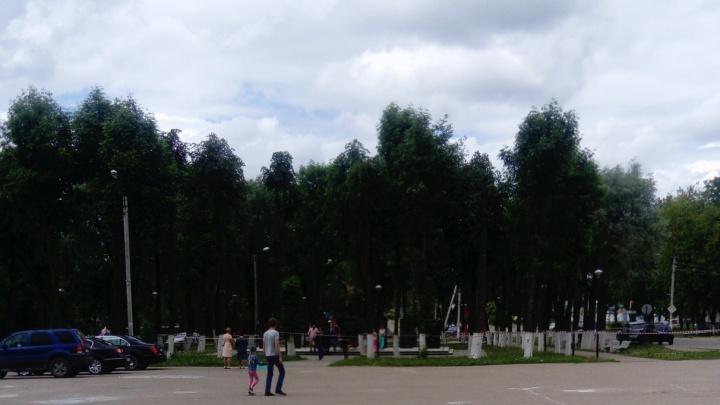 Памятник, с которого плита рухнула на ребёнка, закрыли для посещения. Но к нему всё равно ходят люди