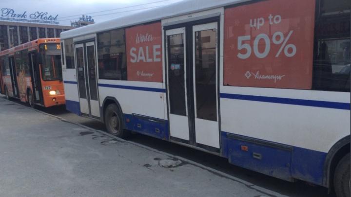 В Екатеринбурге возбудили уголовное дело против мужчины, который избил женщину — водителя автобуса