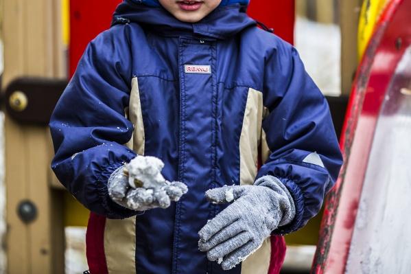 Сегодня 15 должников начали строить снежную горку на детской площадке на улице Ватутина