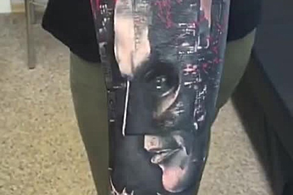 Новосибирец сделал большое тату с мрачным городом американских преступников