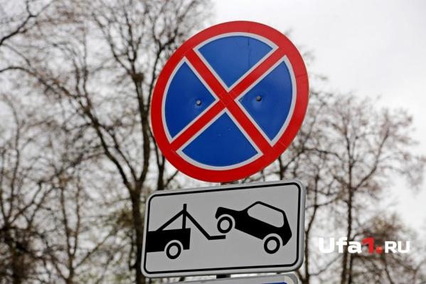 По мнению мужчины, припаркованные на обочине машины мешают транспорту и пешеходам
