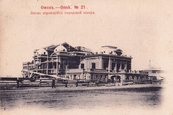 Здание драматического театра, построенное на Базарной площади, стало первым зданием Омска, которое освещали электрические лампы