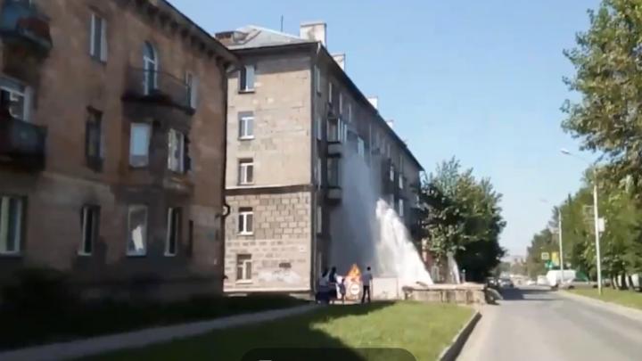 Прорыв теплотрассы на Учительской: струя воды поднялась до 5-го этажа