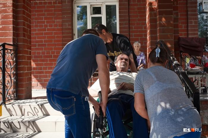Родные не стали забирать из больницы старика после инсульта. В дом престарелых его привез доброволец