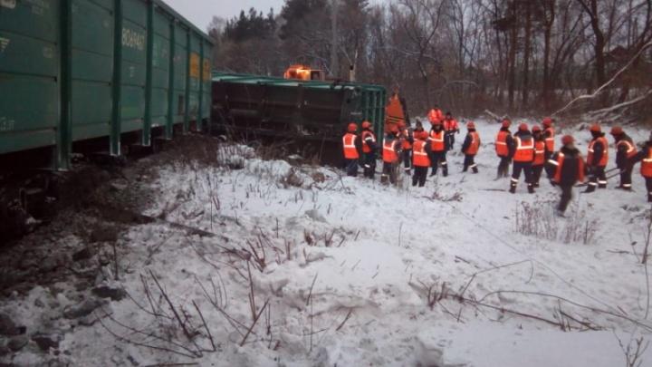 На Урале уволили машинистов поезда, которые сняли на мобильник место крушения состава с углем