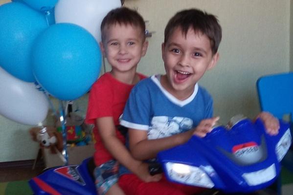 Коля (слева) очень часто играет вместе с братом