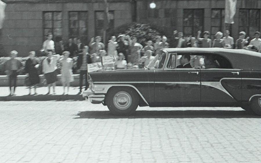 Иранский шах подъезжает к зданию Горсовета (ныне здание администрации Екатеринбурга на площади 1905 года)