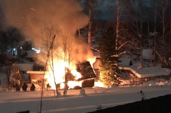 Двухэтажный садовый дом полностью сгорел — без одежды и крова осталась женщина и два её сына